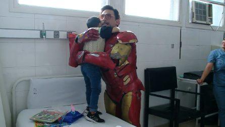 Si veste da Ironman per giocare con i bimbi in ospedale: il cuore d'oro di un vero supereroe