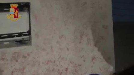 Caserta, la polizia scopre il vano segreto nel muro: dentro armi e droga