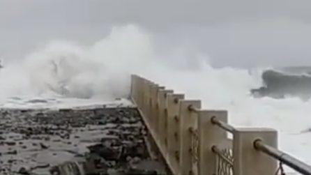 Mare in tempesta ad Albenga: le onde arrivano fino in strada