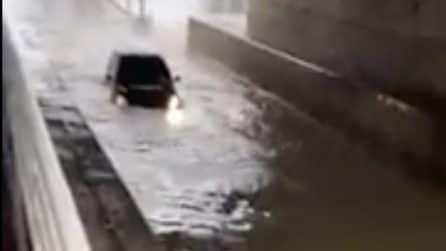 Provano ad attraversare il sottopasso allagato: l'auto si ferma sommersa dall'acqua