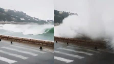 Onde altissime sulla litoranea: il mare invade la strada