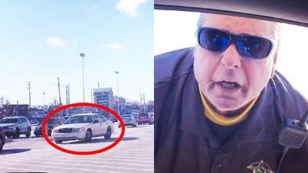 Poliziotto fuori servizio ferma dei ragazzi senza motivo: il video diventa virale