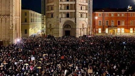 """Le """"sardine"""" a Parma, in piazza Duomo cantano """"Bella Ciao"""""""