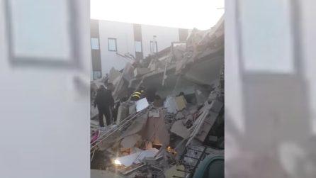 Terremoto Albania, vigili del fuoco scavano tra le macerie