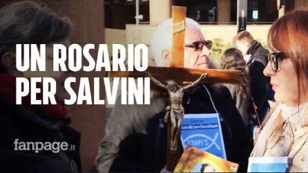 Il rosario per Salvini alle porte del tribunale di Torino nel giorno del processo al leader leghista