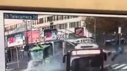 Milano, incidente tra filobus e camion dei rifiuti: morta una donna di 49 anni