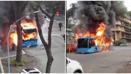 Roma, bus divorato dalle fiamme: è il terzo in pochi giorni