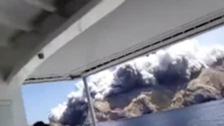Vulcano erutta in Nuova Zelanda: la paura dei turisti in barca