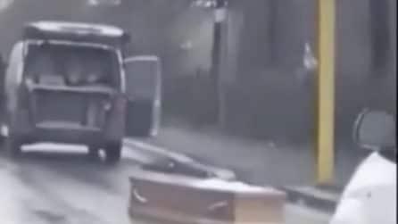 Il portellone del carro funebre si apre: la bara cade in strada