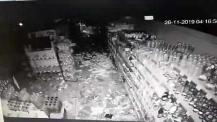 Terremoto in Albania, gli scaffali del supermercato tremano e in pochi secondi tutto finisce al suolo