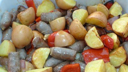 Salsicce al forno con patate: la ricetta del secondo piatto veloce e saporito