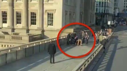 Londra, passanti coraggiosi disarmano l'assalitore