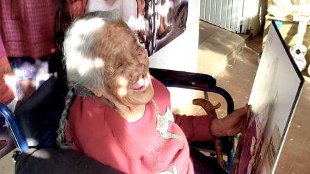 """La """"vera"""" Nonna Coco ispira il mondo: a 105 anni sorride e balla nonostante la malattia"""