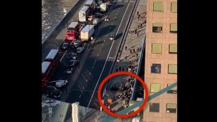 Londra, il momento degli spari: persone scappano terrorizzate
