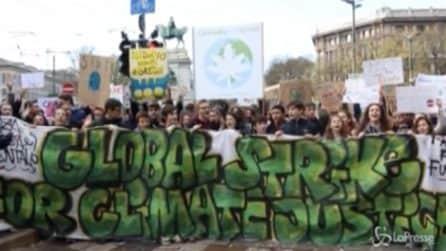 """Fridays for Future a Milano: """"Su le mani per il pianeta"""""""