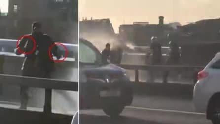 Attentatore a Londra: i passanti provano a fermarlo con un estintore