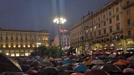 """Sardine a Milano, in migliaia in piazza Duomo cantano """"Bella ciao"""" sotto la pioggia"""