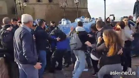 "Napoli: scontro polizia e attivisti ""Fridays for future"" davanti Castel dell'Ovo"