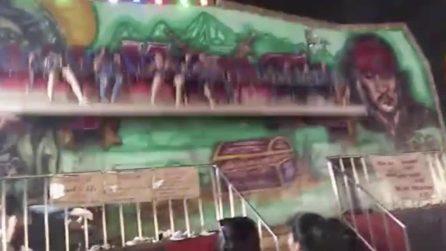 La giostra inizia a girare veloce: persone vengono sbalzate in aria