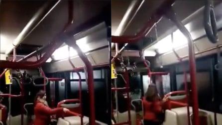 Maltempo Roma, piove nell'autobus: i passeggeri riprendono la scena