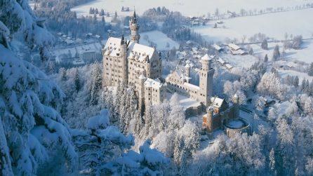 Il castello innevato che sembra uscito dalle favole si trova in Germania