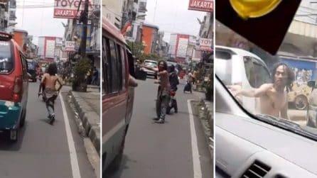 Un senzatetto aiuta l'ambulanza a circolare nel traffico: chiede agli automobilisti di fare strada