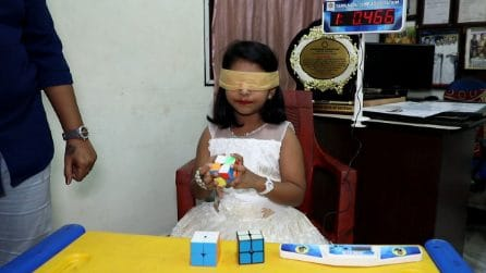 Sarah, la bimba che a 6 anni risolve il cubo di Rubik bendata mentre recita poesie, in tempo record