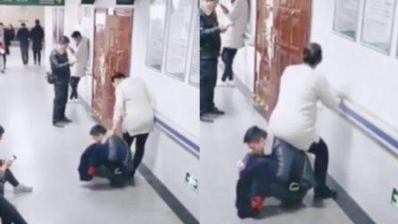 """Cina. È incinta, ma nessuno le libera il posto: il marito si trasforma in una """"sedia umana"""""""