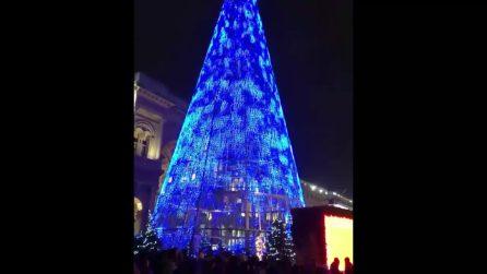 Milano, i colori dell'albero di Natale in Piazza Duomo