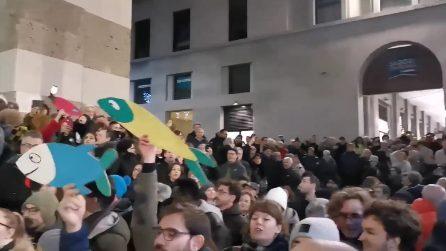 Brescia, 3 mila sardine in piazza cantano 'Bella Ciao'
