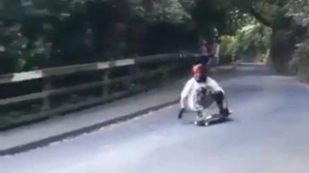 Scende a tutta velocità con lo skate: ma lo scontro con l'auto è violentissimo