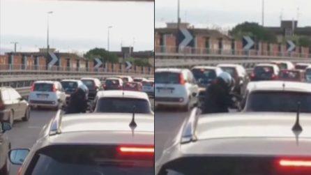 Napoli, rapina in strada: due uomini si avvicinano all'auto con una pistola