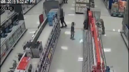 Prende a pugni bimbi a caso al supermercato, incastrato dai video