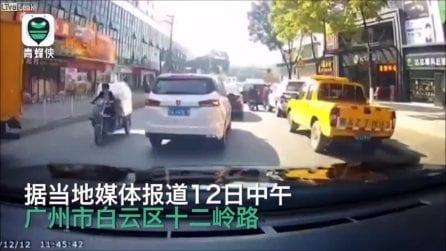 All'improvviso l'esplosione devastante in un ristorante: la telecamera riprende tutto