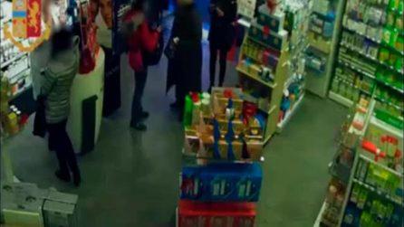 Torino, rapina in farmacia: un pensionato reagisce e colpisce il ladro