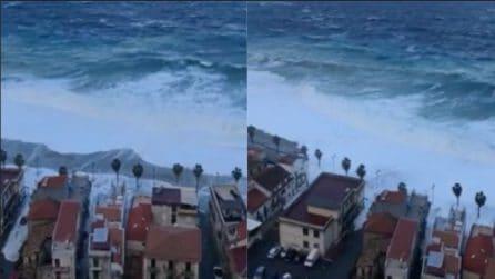 Scilla, mare in tempesta: l'acqua invade le strade