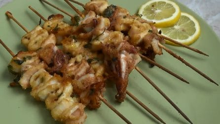 Spiedini di calamari al forno: l'idea sfiziosa per i tuoi antipasti