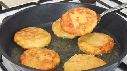Frittelle di patate con cuore filante: la ricetta sfiziosa e veloce