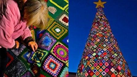 Le nonne trasformano il loro borgo nella capitale mondiale dell'uncinetto: una favola di Natale