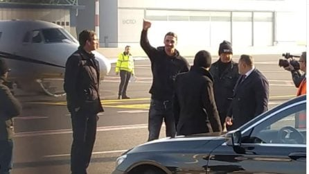 Ibrahimovic è arrivato a Milano: i tifosi lo chiamano, lui risponde così