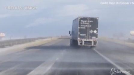 Le raffiche di vento sono così forti che spostano il camion mentre viaggia in autostrada