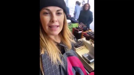 Vanessa Incontrada lavora alla bancarella del padre a Barcellona