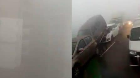 A Nuova Delhi una nebbia fitta provoca disagi: tamponamenti in strada e voli cancellati