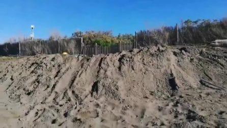 """Grillo augura un buon 2020 mentre scava una fossa in spiaggia: """"Basta aver paura ci vuole ottimismo"""""""