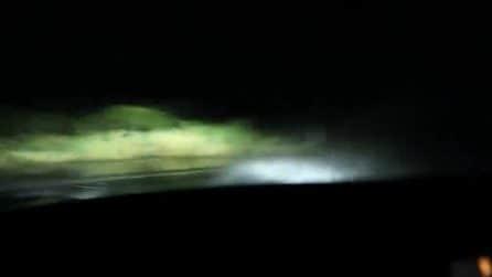 Guida la sua Tesla con il pilota automatico: ma qualcosa va storto e filma l'incidente