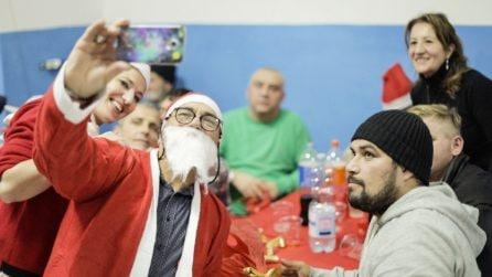 """Gli abitanti del quartiere cucinano e festeggiano con i senzatetto: """"Per noi sono amici"""""""