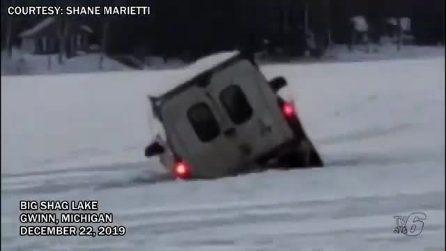 Prova ad attraversare il lago ghiacciato: la lastra si rompe e la jeep sprofonda in acqua