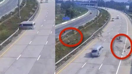 Incidente in autostrada, il minivan si schianta sul guardrail: i passeggeri finiscono sull'asfalto