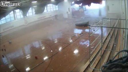 La tempesta è violentissima: la palestra di una scuola viene distrutta
