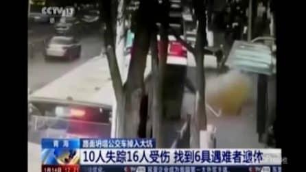 Tragedia in Cina: il bus finisce in una voragine in strada, morti e feriti